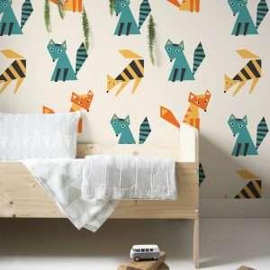 Carta da parati con volpi stilizzate sui toni del giallo e dell'azzurro. Ideale per la cameretta di un bambino o neonato.